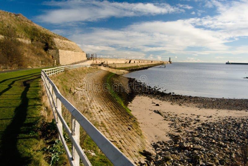 Morgonsikt på tynemouthen och pir, vit räcke med skugga, utflöde, Tynemouth, UK royaltyfria bilder