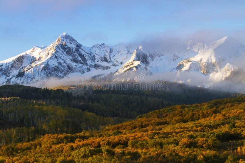 Morgonsolen bryter igenom molnen över Sanen Juan Mountains i C royaltyfria bilder