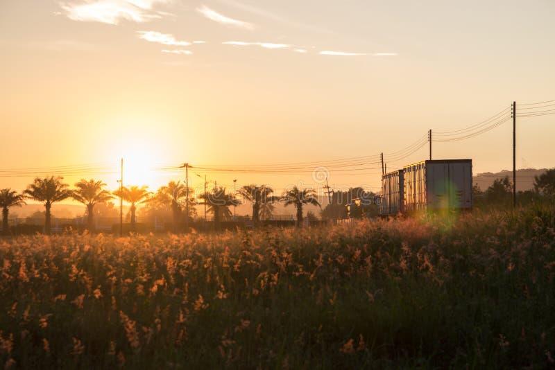 Morgonsolen har ett härligt orange ljus royaltyfria foton