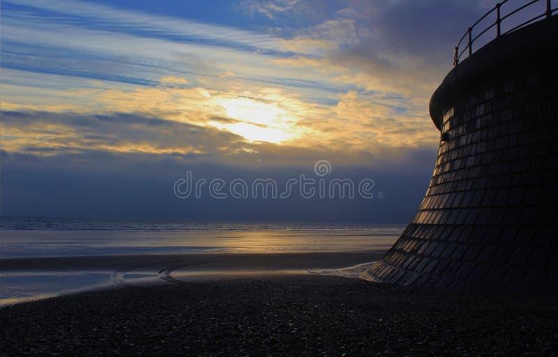 Morgonsolljus på den Filey stranden royaltyfria bilder