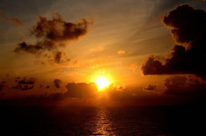 Morgonsoluppgång över det karibiska havet arkivfoton