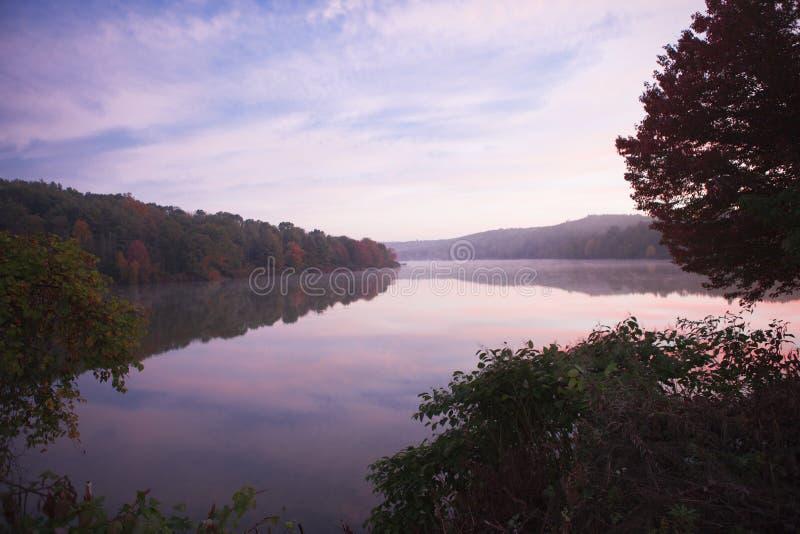 Morgonsoluppgång över Frances Slocum Lake arkivfoton