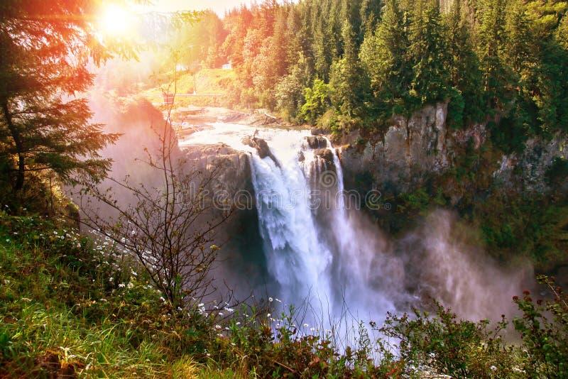 Morgonsoluppgång över Snoqualmie nedgångar i Washington State arkivbild
