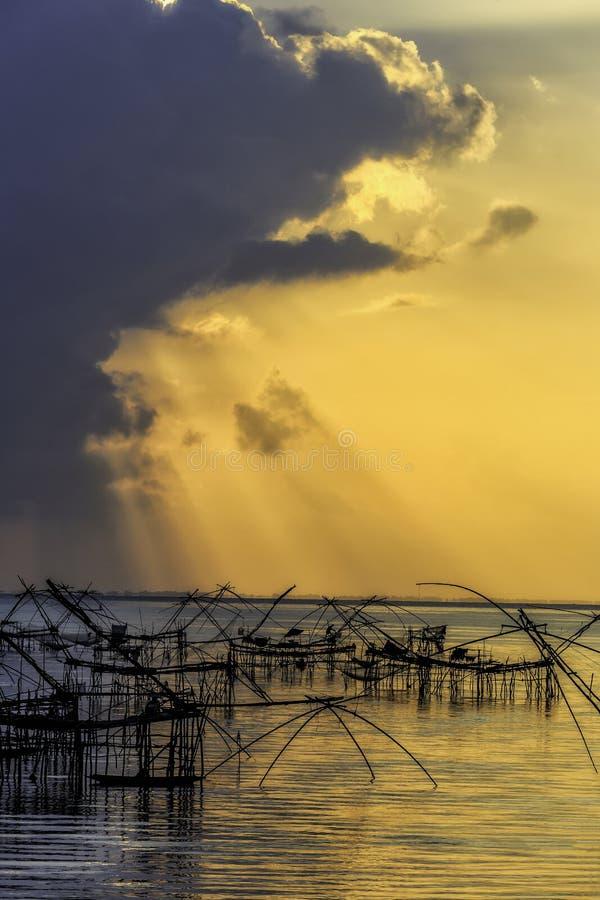 Morgonsoluppgång med färgrik himmel på Pakpra, Pattalung royaltyfri bild