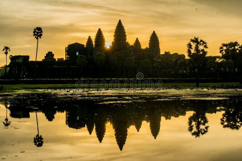 Morgonsoluppgång på Angkor Wat arkivbilder