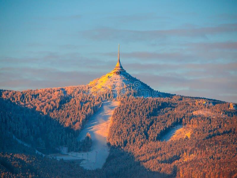 Morgonsoluppgång på Jested berget och skojade Ski Resort Lynne för vintertid Liberec tjeckisk republik royaltyfri fotografi