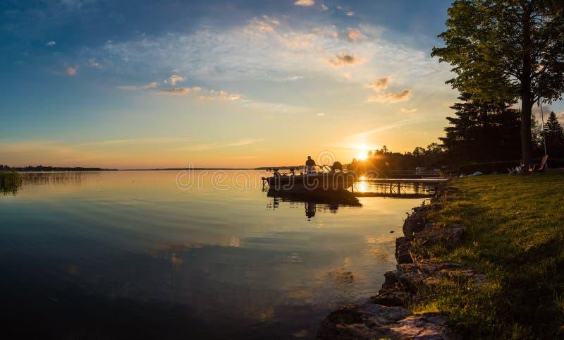 Morgonsoluppgångfiske på stugan i Ontario royaltyfri fotografi