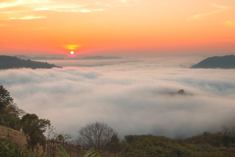 Morgonsoluppgånglandskap av Mekong River uppifrån av Phuen Huay Isan Sangkhom Nong Khai royaltyfria bilder