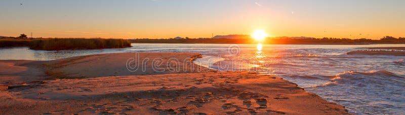 Morgonsoluppgångreflexioner över tidvattenutflöde av Santaet Clara River på den McGrath delstatsparken på Kaliforniens Gold Coast royaltyfri bild