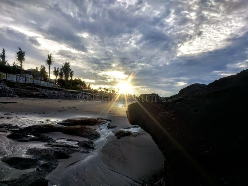 Morgonsoluppg?ng p? stranden arkivbild