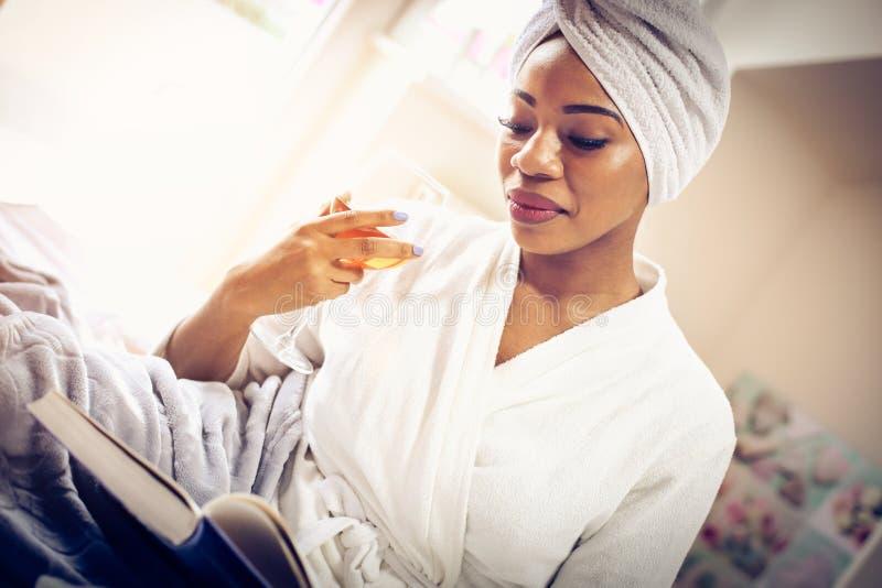 Morgonstarter med Bibeln och rött vin royaltyfria foton