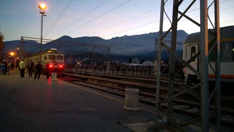 Morgonstationsstång och passagerare som väntar på avvikelsen av drevet i Belgrade arkivbilder