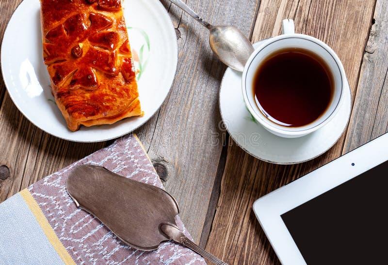 Morgonte med kakan, affärsfrukost royaltyfri bild