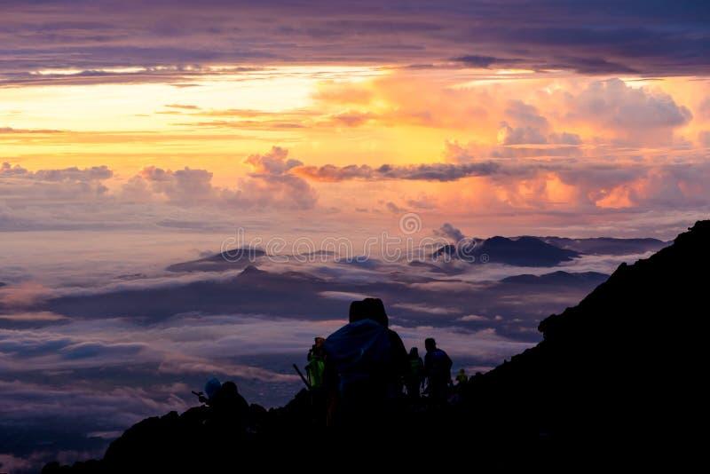 morgontid för soluppgång på toppmötet Mt fuji arkivbild