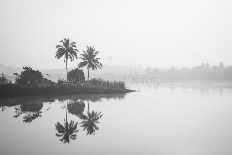 Morgontid på en reflekterad lakeside med moln och arkivfoton