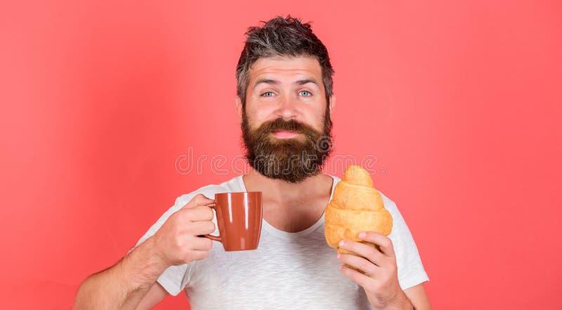 Morgontraditionsbegrepp Men första kaffe Tyck om varje smutt av kaffe Den uppsökte hipsteren tycker om frukostdrinkkaffe fotografering för bildbyråer