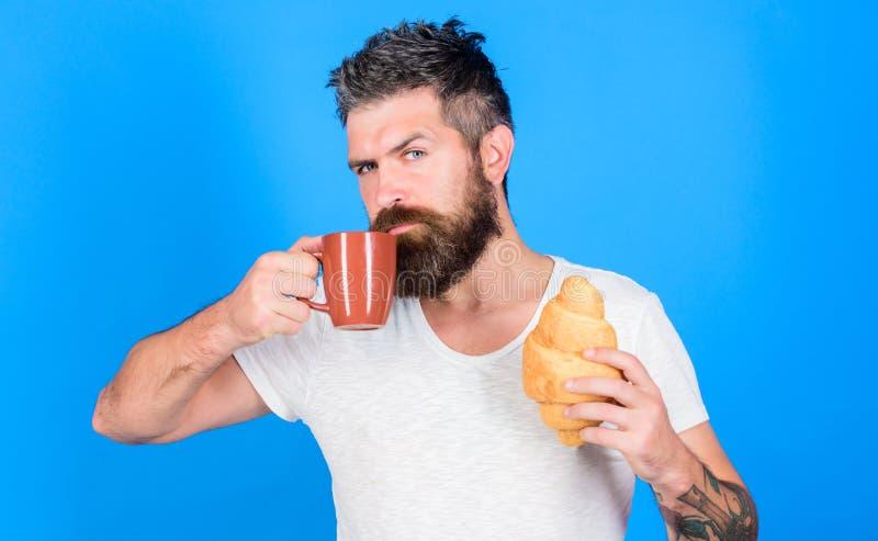 Morgontraditionsbegrepp Men första kaffe Tyck om varje smutt av kaffe perfekt match Manstartmorgon med koppen av royaltyfri bild