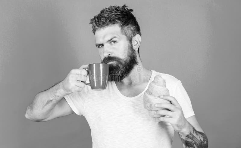Morgontraditionsbegrepp Men f?rsta kaffe Tyck om varje smutt av kaffe perfekt match Manstartmorgon med koppen av fotografering för bildbyråer