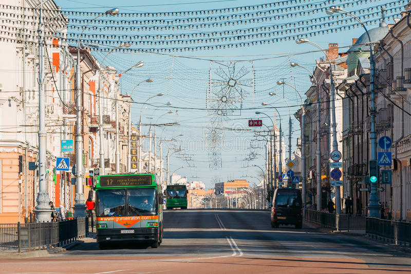 Morgontrafik på den Sovetskaya gatan i Gomel, Vitryssland royaltyfri bild