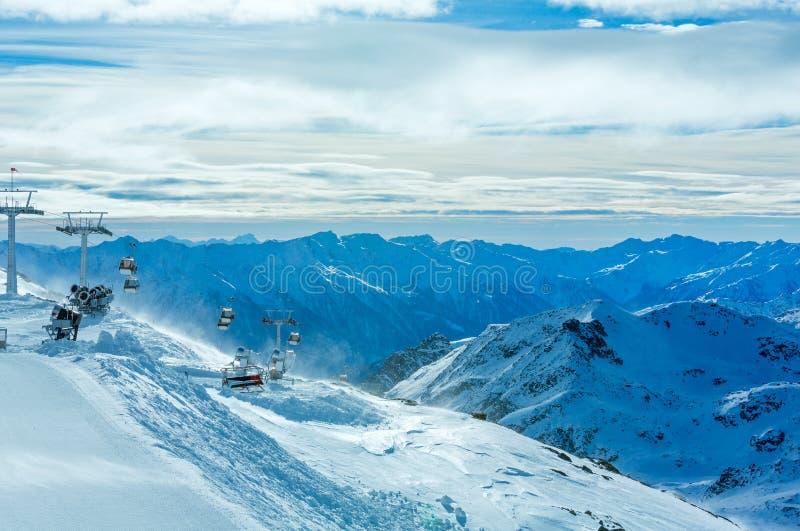 Morgonvintern skidar semesterorten Molltaler Gletscher (Österrike). royaltyfria foton