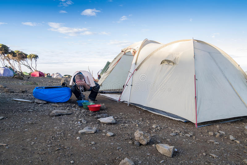 Morgonwash, när trekking Kilimanjaro, Tanzania arkivbild