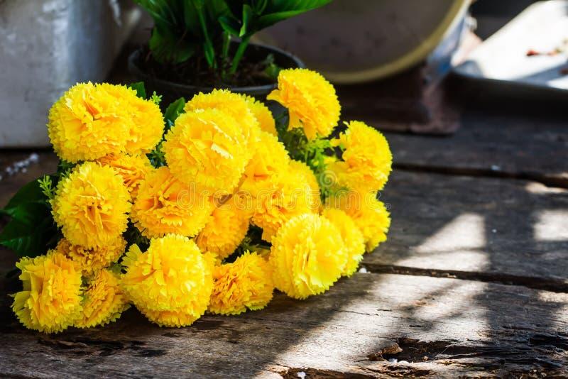 Morifolium de papel Ramat del crisantemo colocado en la tabla como el fondo foto de archivo