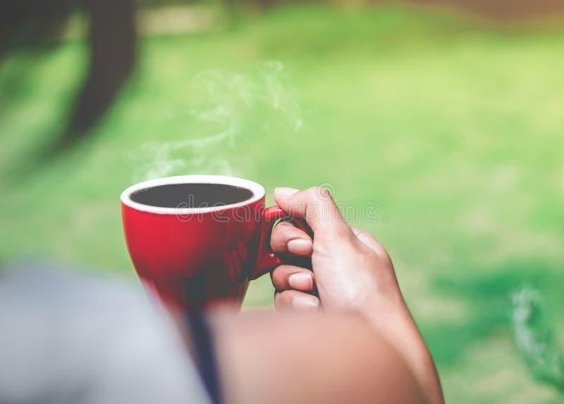 Moring在红色杯子的浓咖啡咖啡,醒一个早晨好 图库摄影
