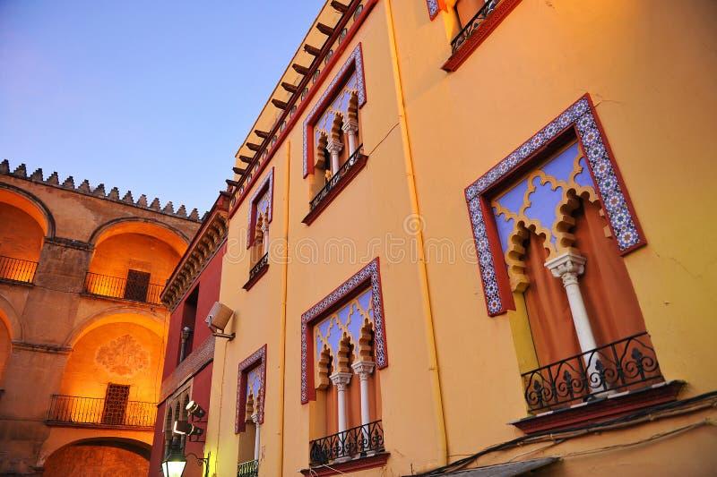 Morisk arkitektur, färger av Cordoba på solnedgången, Spanien royaltyfria bilder