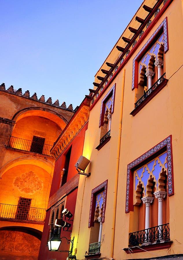 Morisk arkitektur, färger av Cordoba på solnedgången, Spanien arkivbild