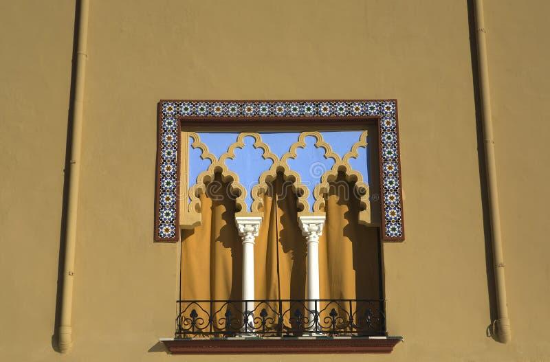 Moriskt fönster i Cordoba, Spanien royaltyfri foto