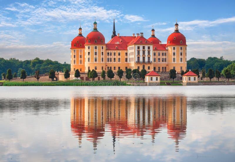Moritzburg в Дрездене с отражением стоковые изображения