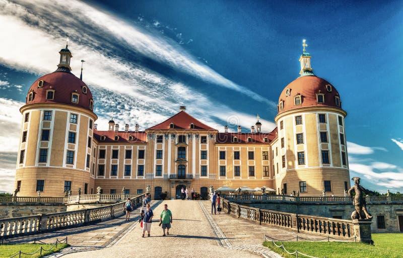 MORITZBURG TYSKLAND - JULI 16, 2016: Slott för turistbesökstad arkivbilder