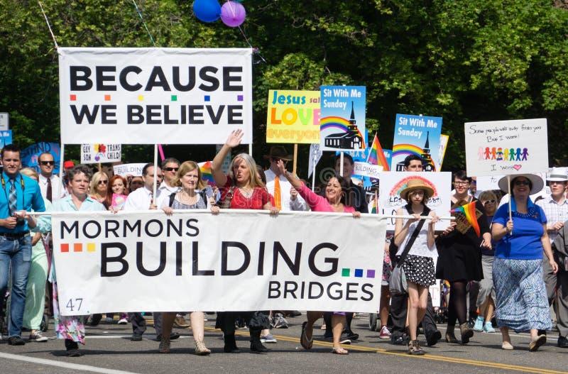Mormonen, die Brücken am Salt Lake City-Homosexuellen Pride Parade bauen stockbild