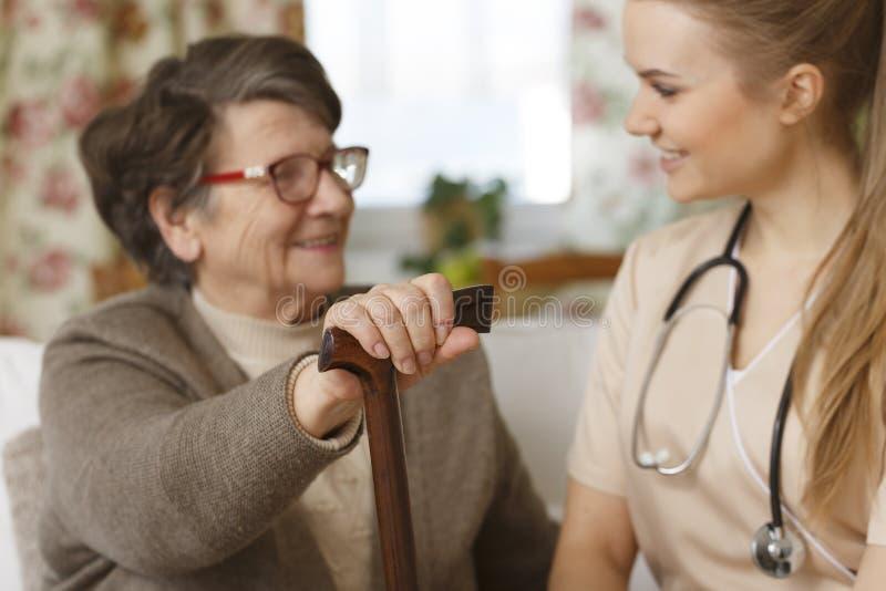 Mormor- och sjuksköterskasamtal royaltyfri fotografi