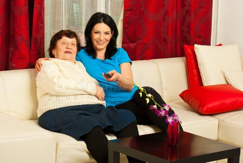 Mormor- och sondotterwathtv royaltyfri foto