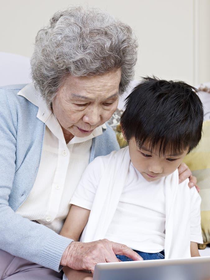 Mormor och sonson royaltyfri foto