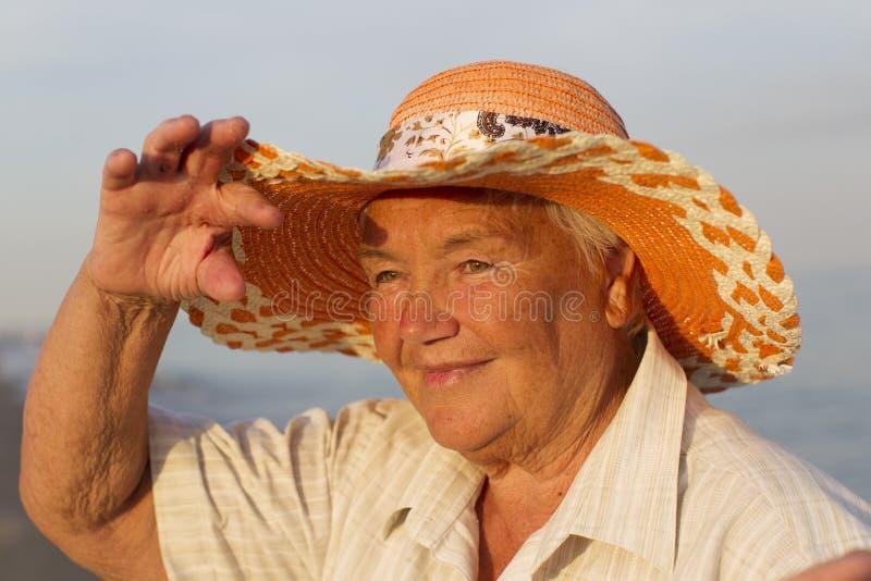 Mormor på semester royaltyfri foto