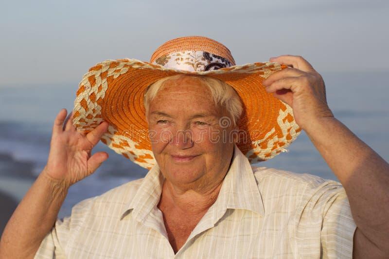 Mormor på semester arkivfoto