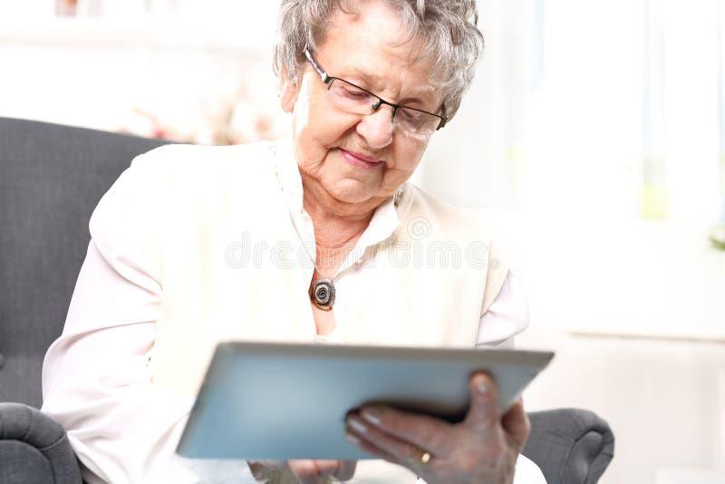 Mormorkvinna med en minnestavla arkivfoton