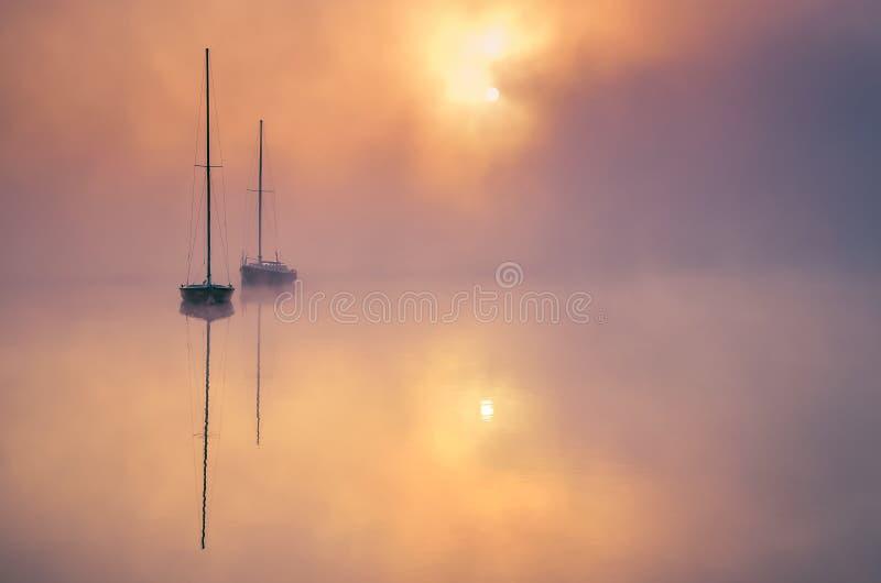 Morning nebelige Seelandschaft lizenzfreie stockbilder