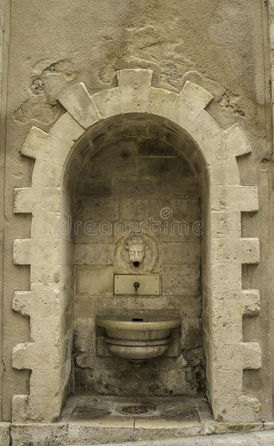 Morno tonificado fechou-se acima da fonte principal histórica da parede de pedra e do leão em Sicília Itália imagem de stock