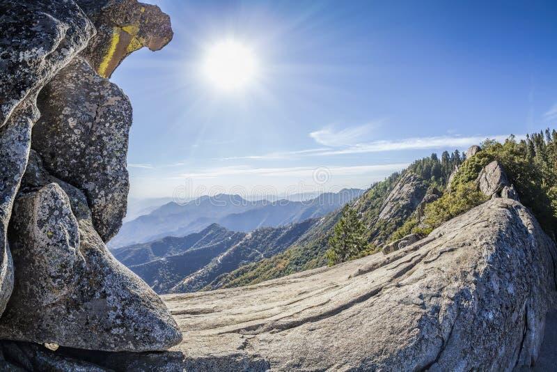 Moro Rock gegen Sonne, Mammutbaum-Nationalpark, USA lizenzfreie stockfotos