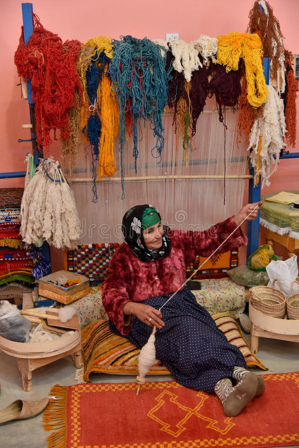 Free Moroccan Weaver Spinning Yarn Royalty Free Stock Image - 70521766