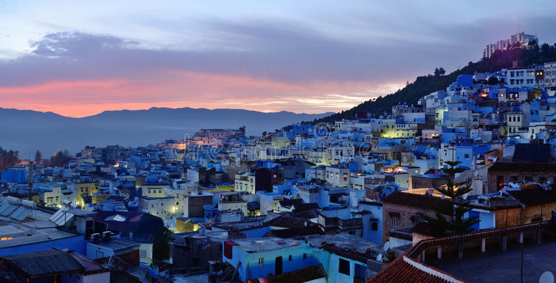 morocco La Médina bleue de la ville de Chefchaouen au coucher du soleil photos stock