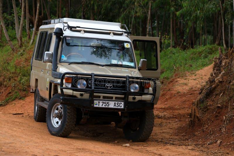 MOROGORO, TANZÂNIA - 3 DE JANEIRO DE 2015: Jipe do safari na estrada em Tanzânia imagens de stock royalty free