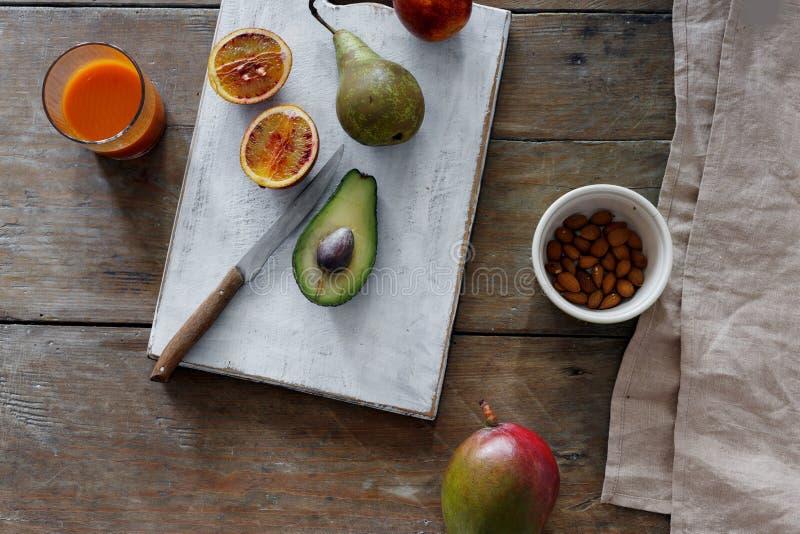 Morot för mat för orange mandel för päron för avokadomangokiwi ny sund royaltyfri foto