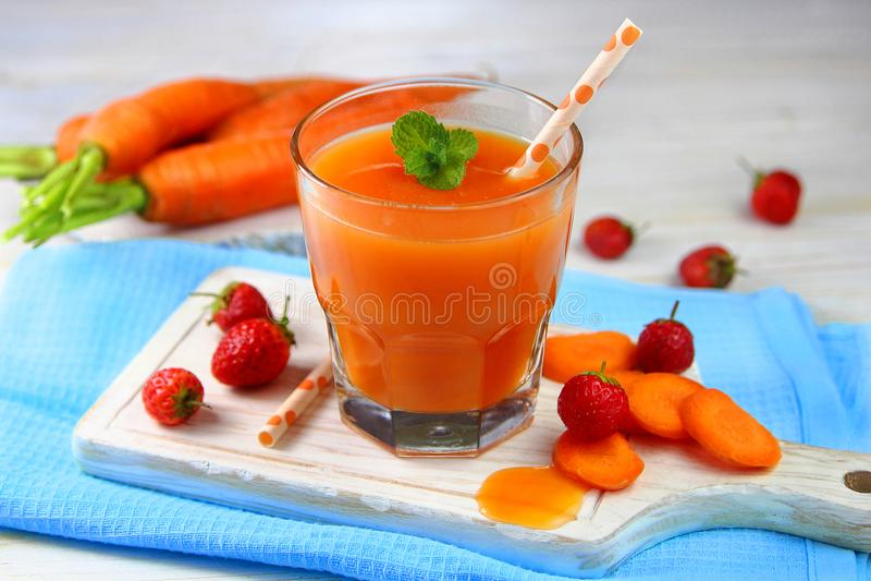 Morot-jordgubbe smoothie med mintkaramellen royaltyfri foto