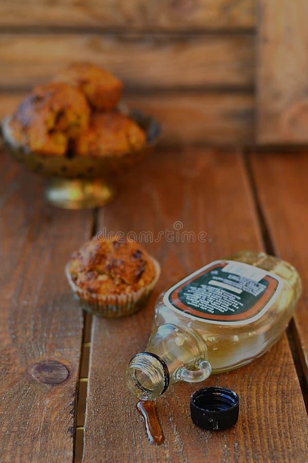 Morotmuffin med lönnsirap arkivbild