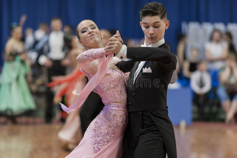 Moroz Stanislav und Standardprogramm Lysyuk Yuliya Perform Youth-2 über nationale Meisterschaft lizenzfreie stockbilder
