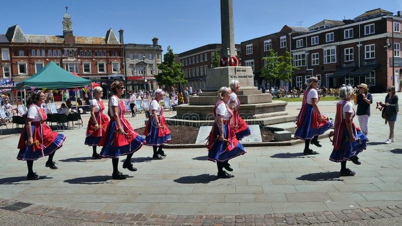 Morris Dancers que executa em um festival do verão Exmouth Inglaterra no junho de 2018 fotografia de stock